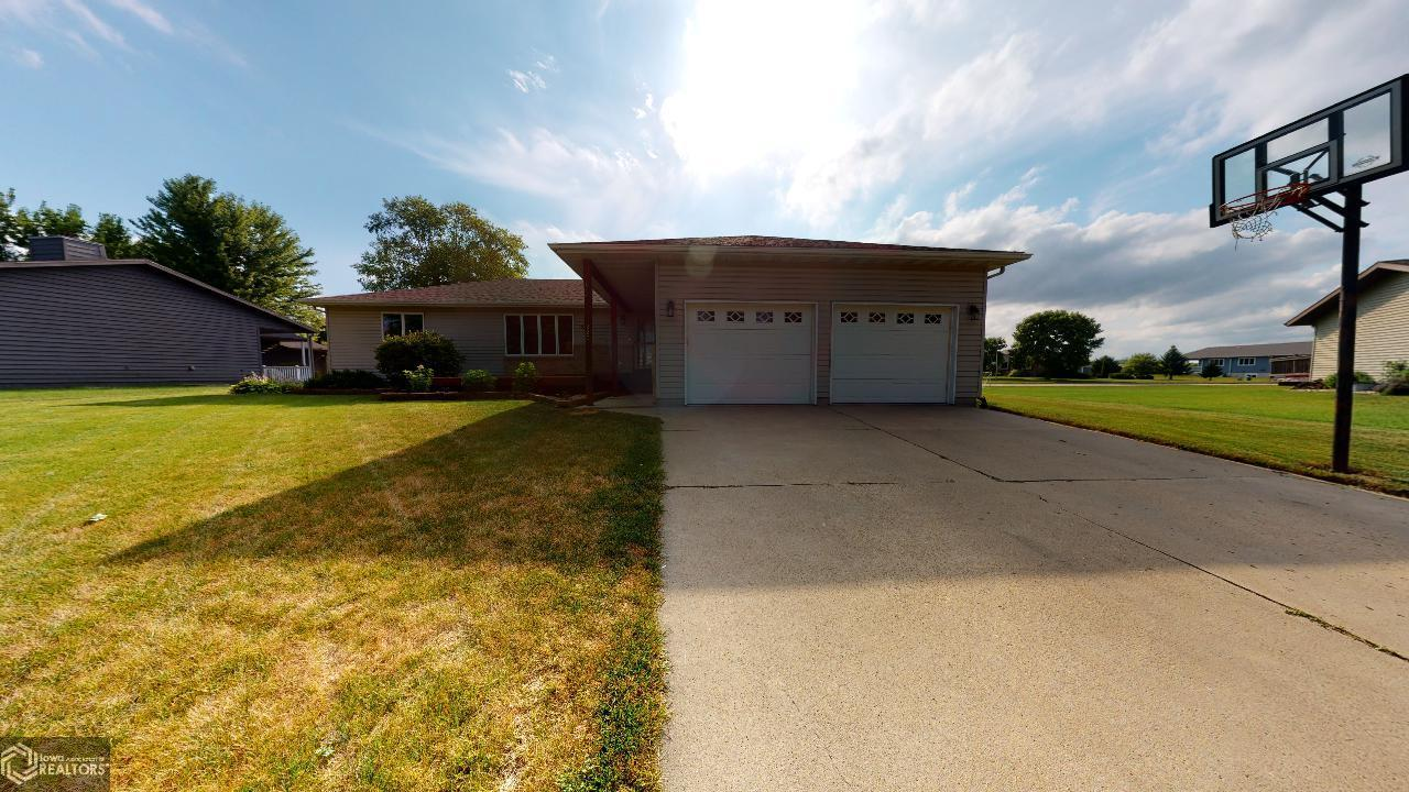 220 Jamestown Property Photo - Mason City, IA real estate listing