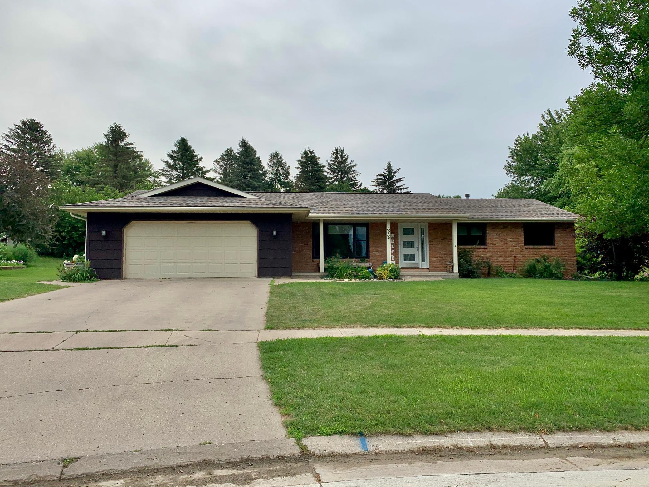 1616 Pinewood Drive Property Photo - Worthington, MN real estate listing