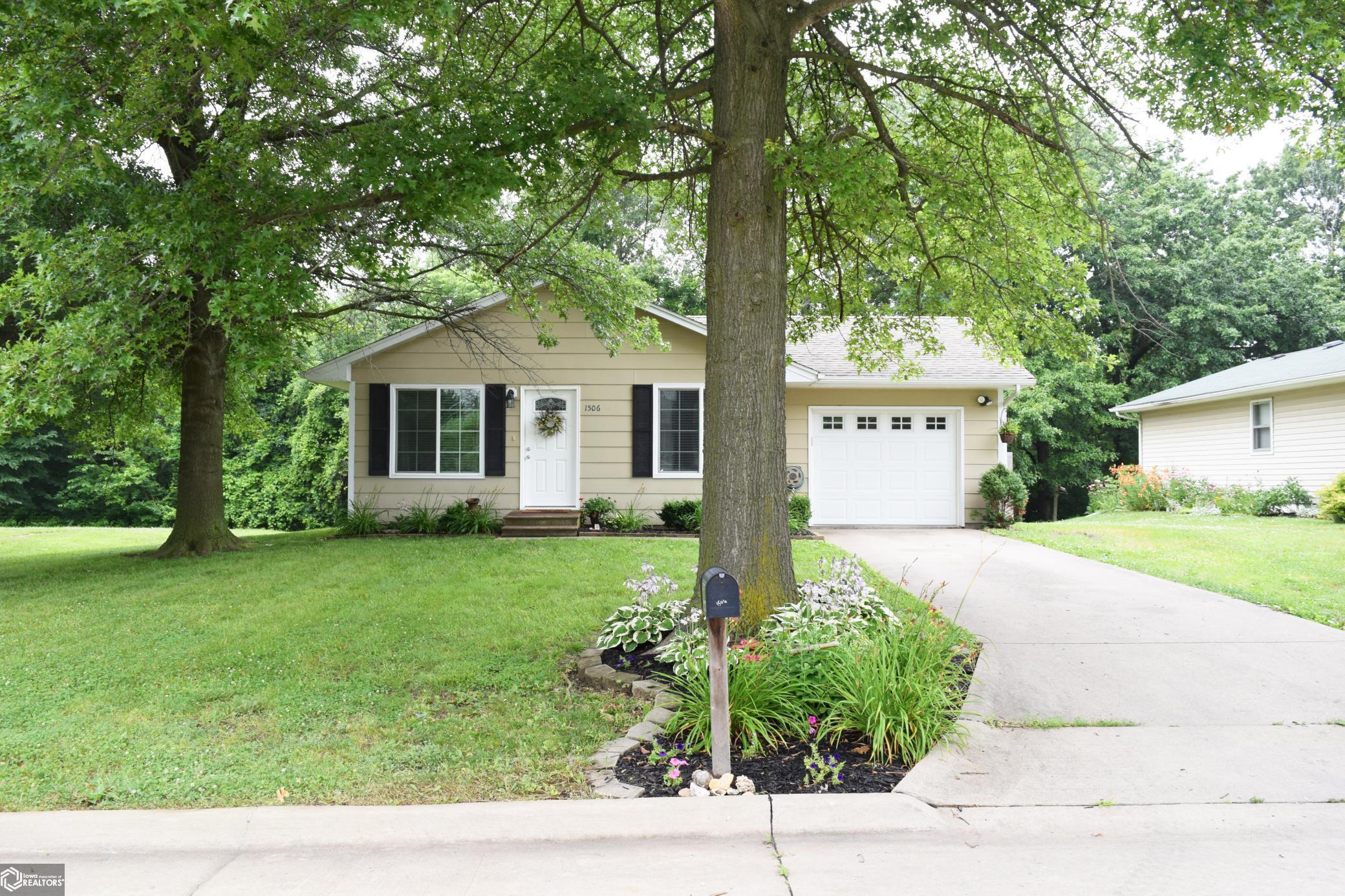 1506 Woodside Property Photo - Fairfield, IA real estate listing