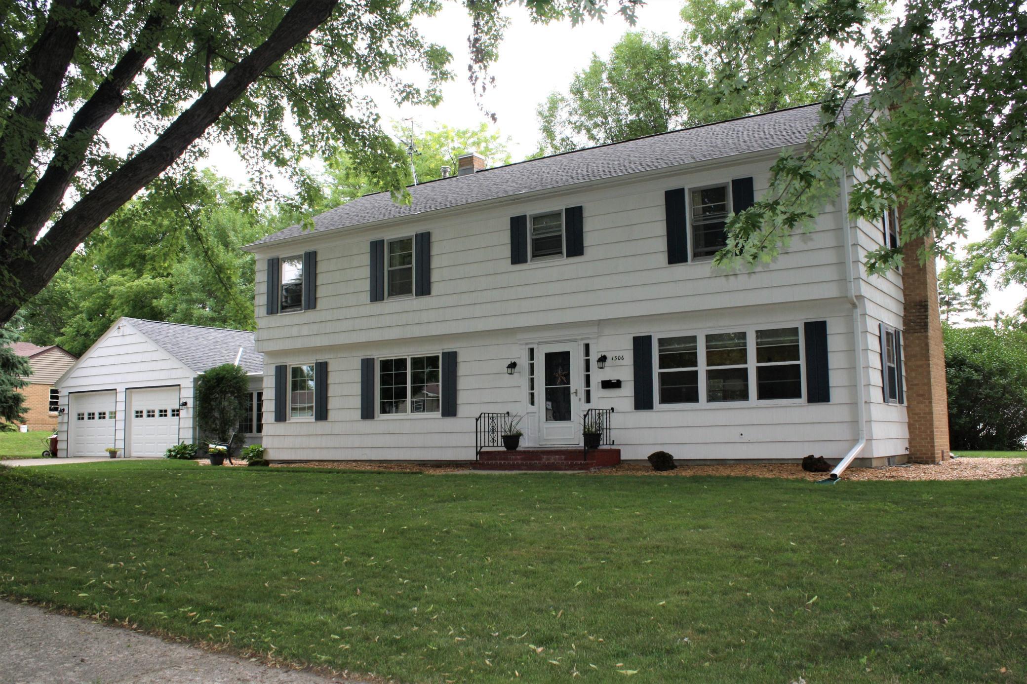 1306 Elmwood Avenue Property Photo - Worthington, MN real estate listing
