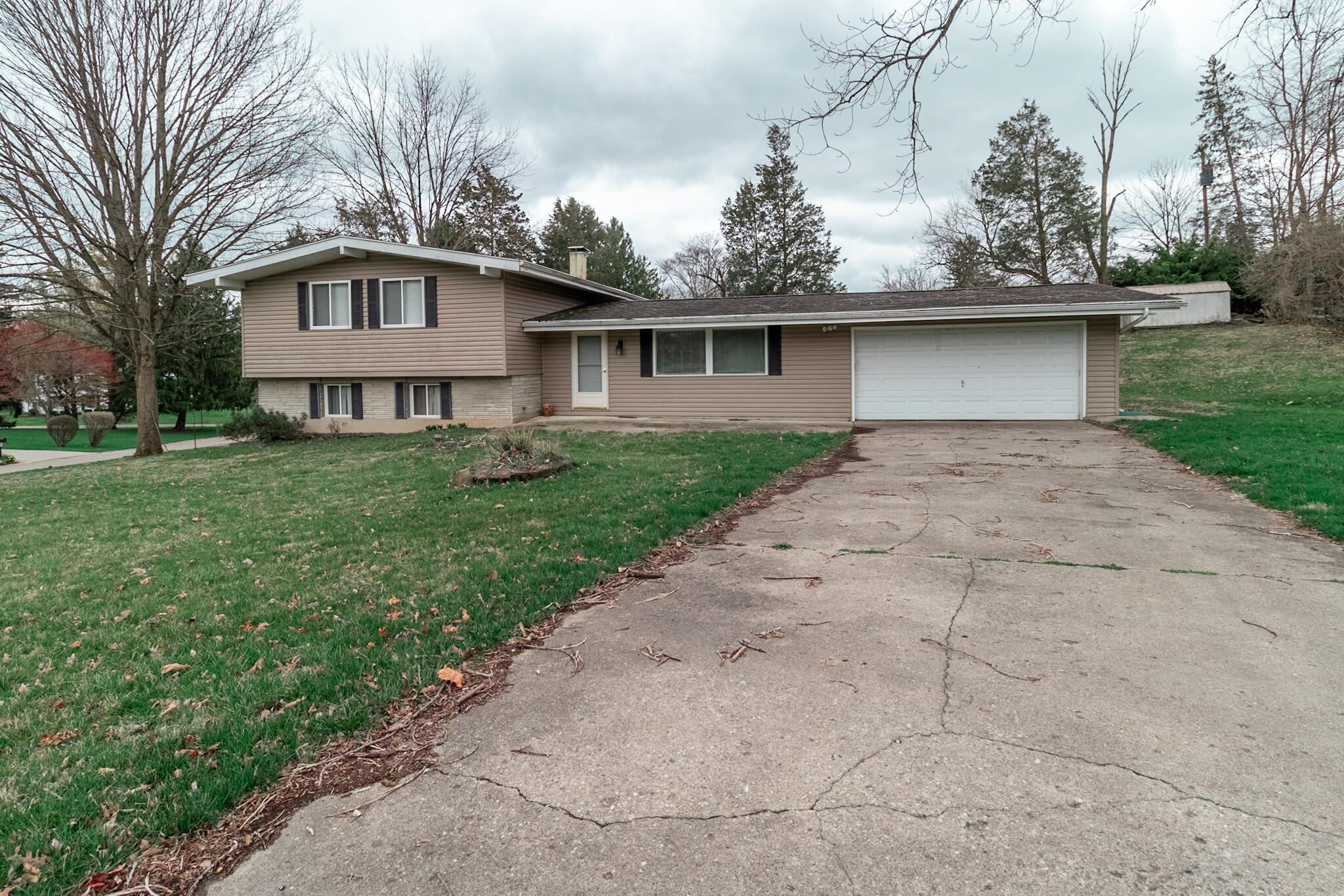 2725 Woodmont Drive Property Photo - Beavercreek, OH real estate listing