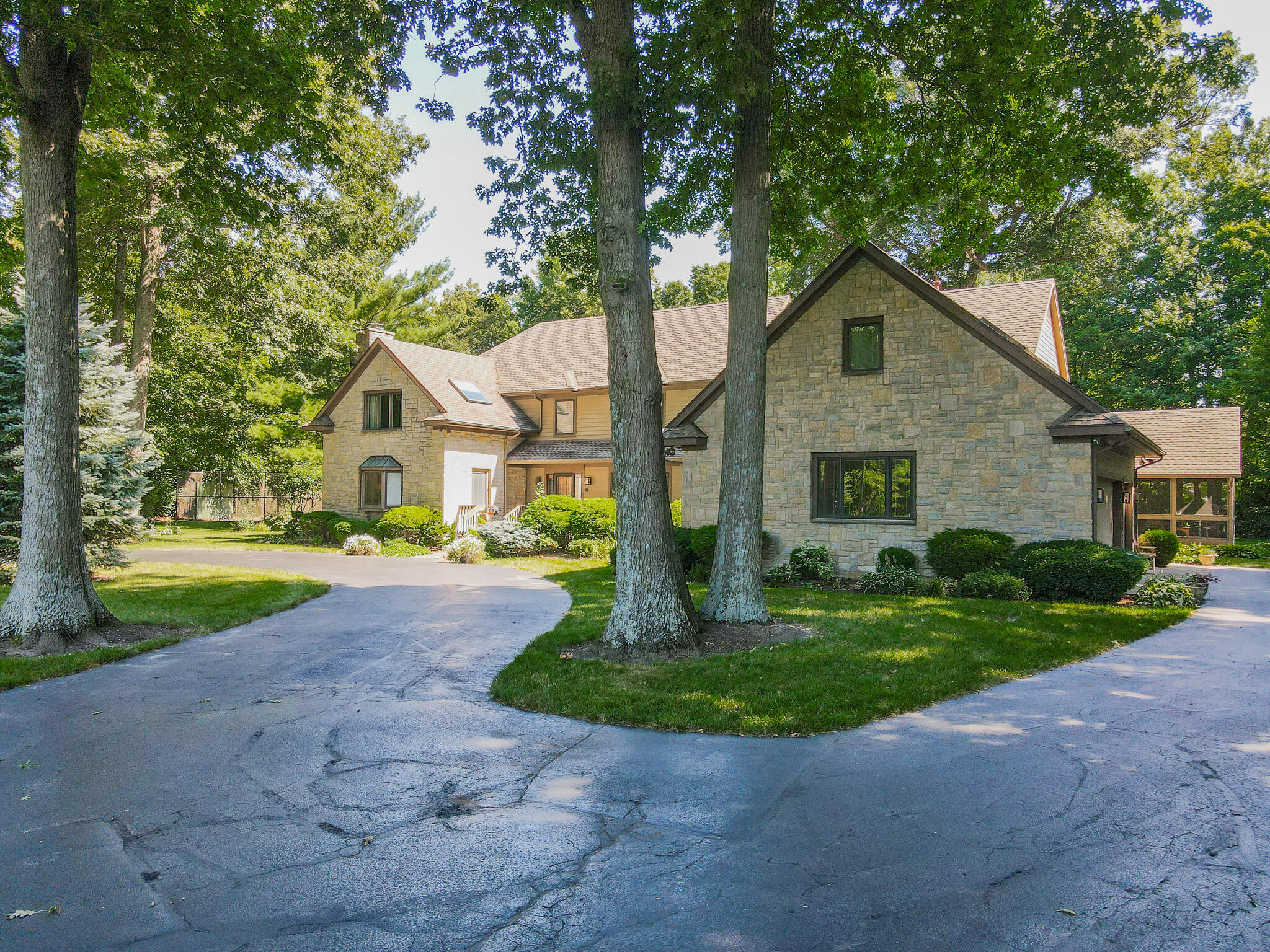 2401 Worthington Drive Property Photo 2